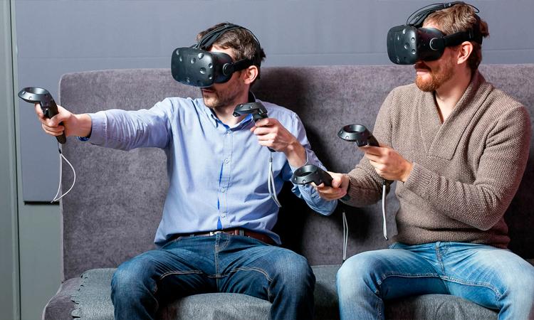 друзья в очках VR