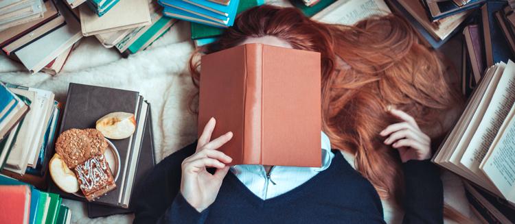 девушка с кучей книг