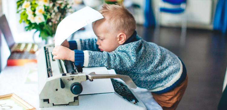 ребенок с печатной машинкой