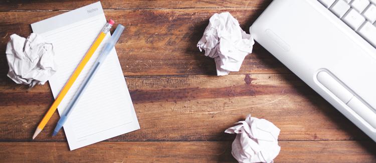 скомканные листы бумаги на столе