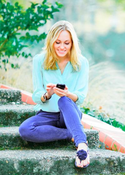 девушка читает текст на телефоне